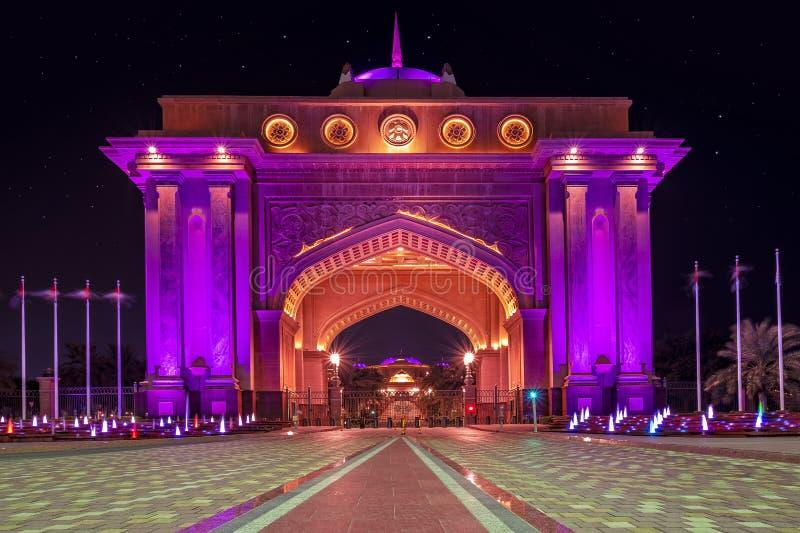 Noite do palácio presidencial de Abu Dhabi imagens de stock royalty free