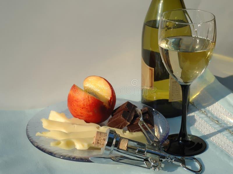 Noite do verão com vidro do vinho branco imagens de stock