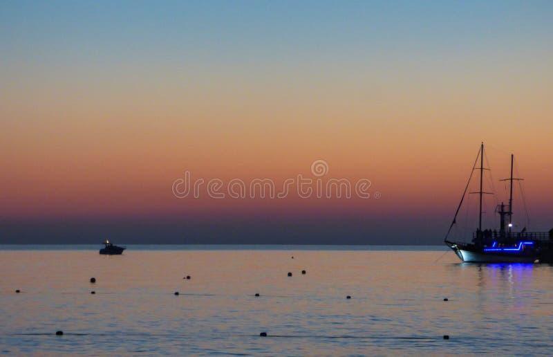 Noite do verão na costa de mar fotografia de stock royalty free