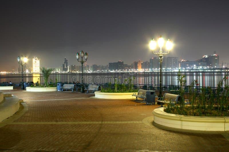 Noite em Abu Dhabi imagens de stock