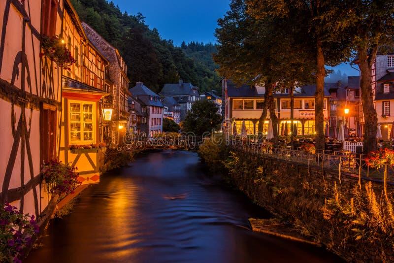 Noite em Monschau, Alemanha imagens de stock royalty free