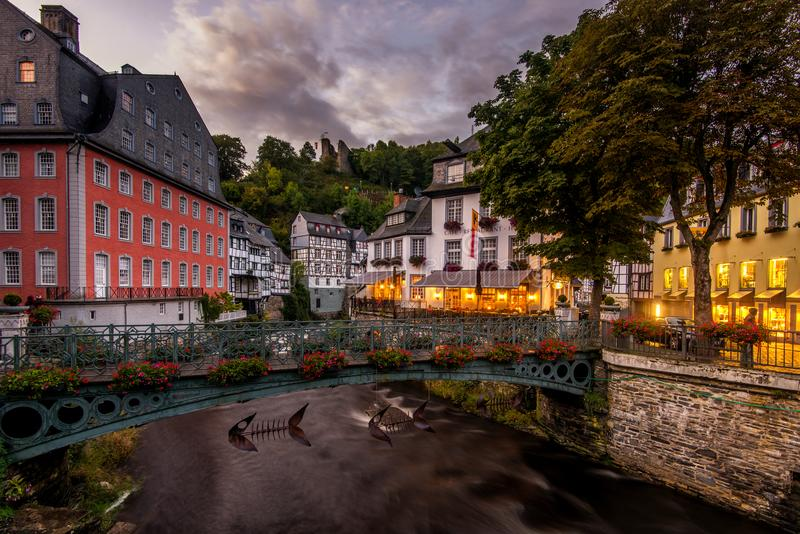 Noite em Monschau, Alemanha fotos de stock