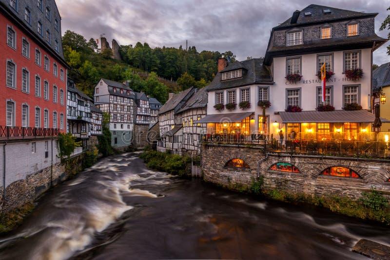 Noite em Monschau, Alemanha imagem de stock royalty free