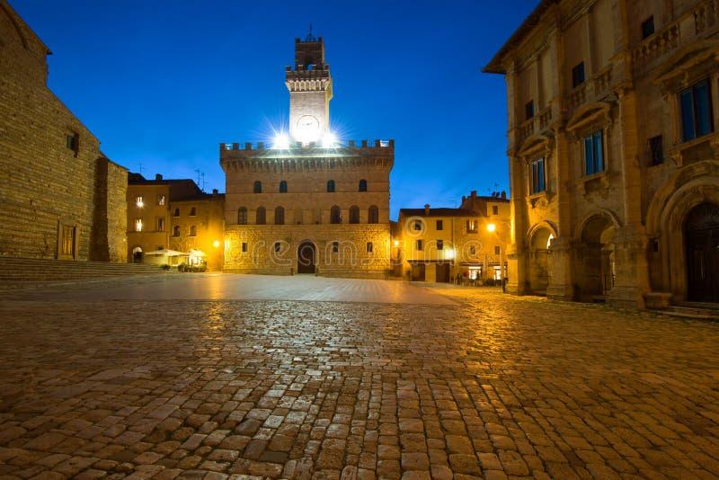 Noite em Piazza Grande Montepulciano, Itália foto de stock