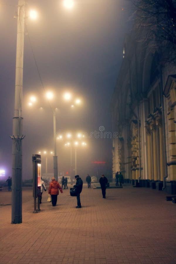 Noite enevoada do inverno na cidade imagem de stock royalty free