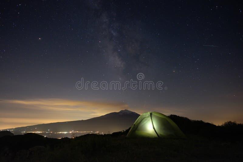 Noite estrelado em Etna Mount e na barraca da iluminação imagem de stock royalty free