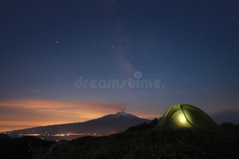 Noite estrelado em Etna Mount e na barraca da iluminação fotos de stock royalty free