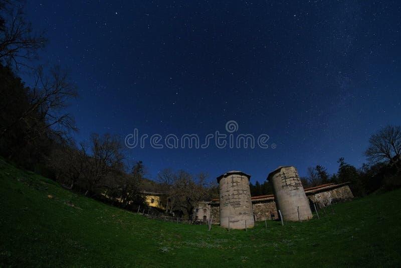 Noite estrelado na herdade velha no parque de Nebrodi, Sicília fotos de stock royalty free