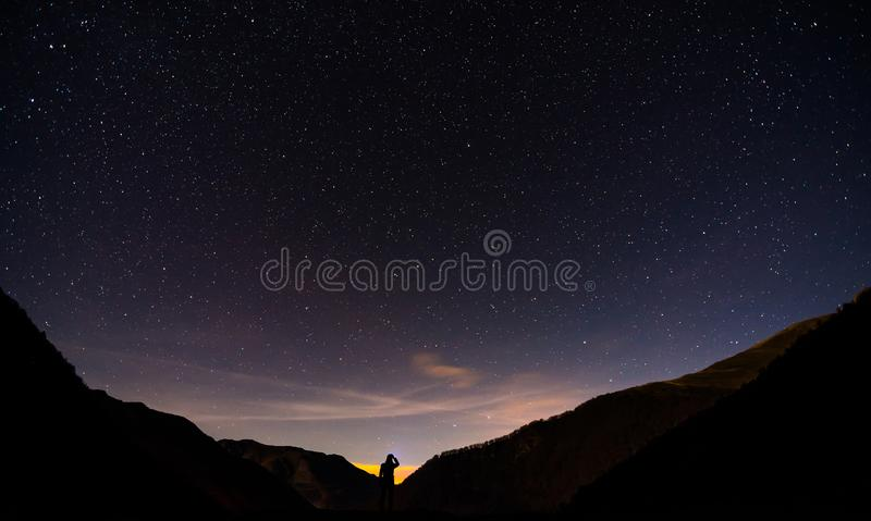 Noite estrelado na montanha fotos de stock royalty free