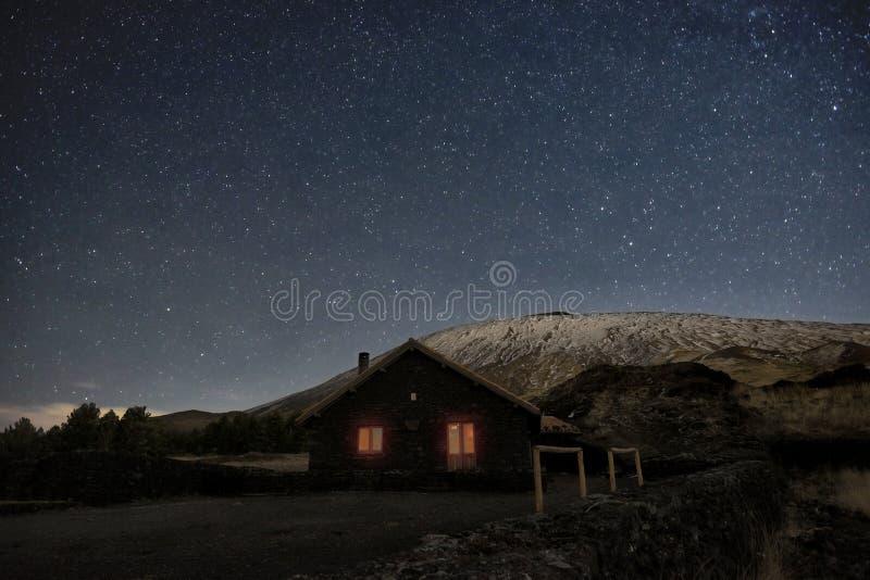Noite estrelado no inverno Etna Mount And Galvarina Refuge, Sicília imagens de stock