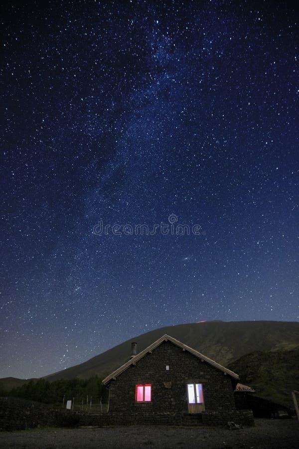 Noite estrelado no refúgio de Galvarina em Etna Park fotos de stock royalty free
