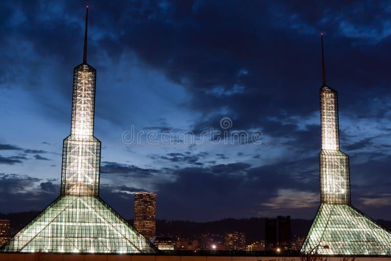 Noite iluminada do centro de convenção de Portland Oregon fotografia de stock royalty free