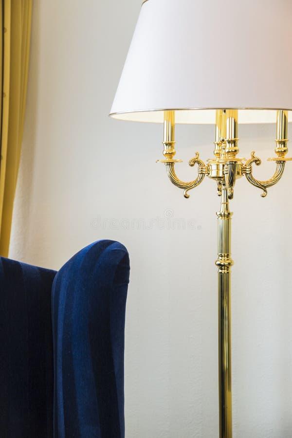 Noite-lâmpada ereta azul da poltrona e do ouro na sala de hotel imagens de stock