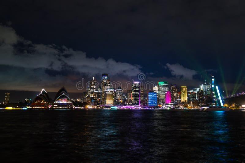 A noite longa da exposição disparou do centro da cidade do skylin de Sydney foto de stock