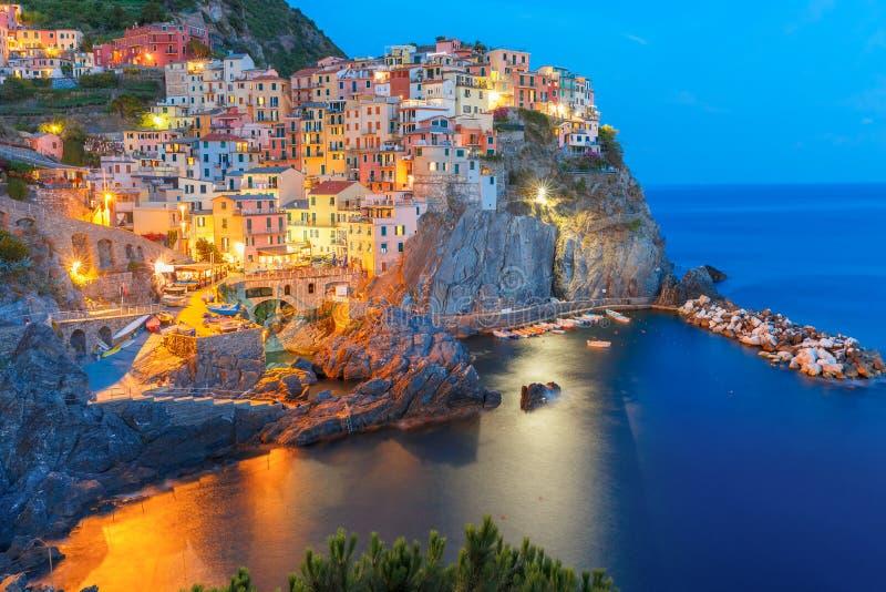 Noite Manarola, Cinque Terre, Liguria, Itália foto de stock