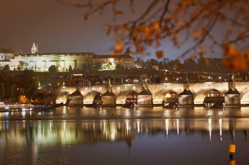 Noite na cidade perto do rio fotografia de stock