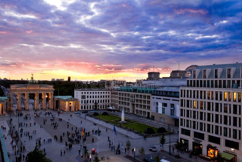 Noite na porta de Brandenburger, Berlim fotografia de stock royalty free