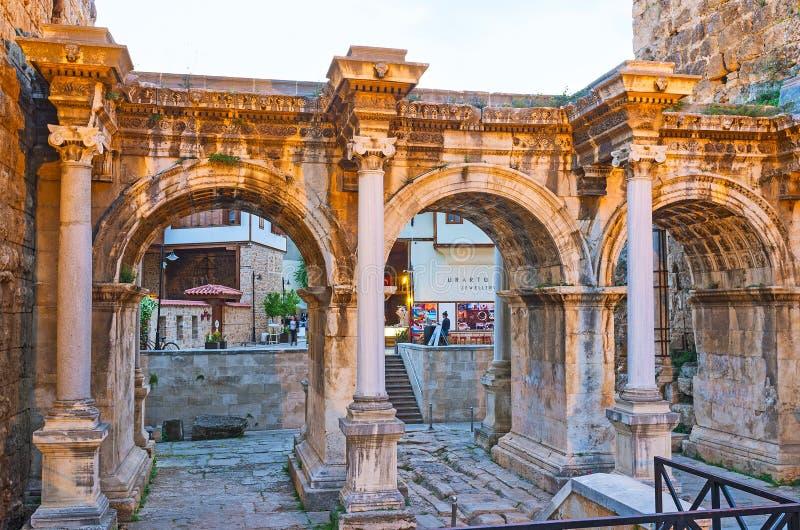 Noite na porta de Hadrian, Antalya, Turquia imagens de stock