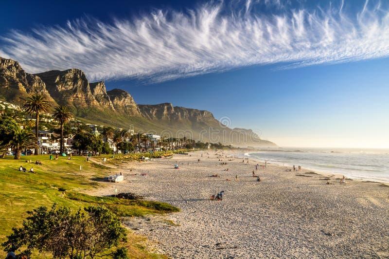 Noite na praia da baía dos acampamentos - Cape Town, África do Sul imagem de stock royalty free