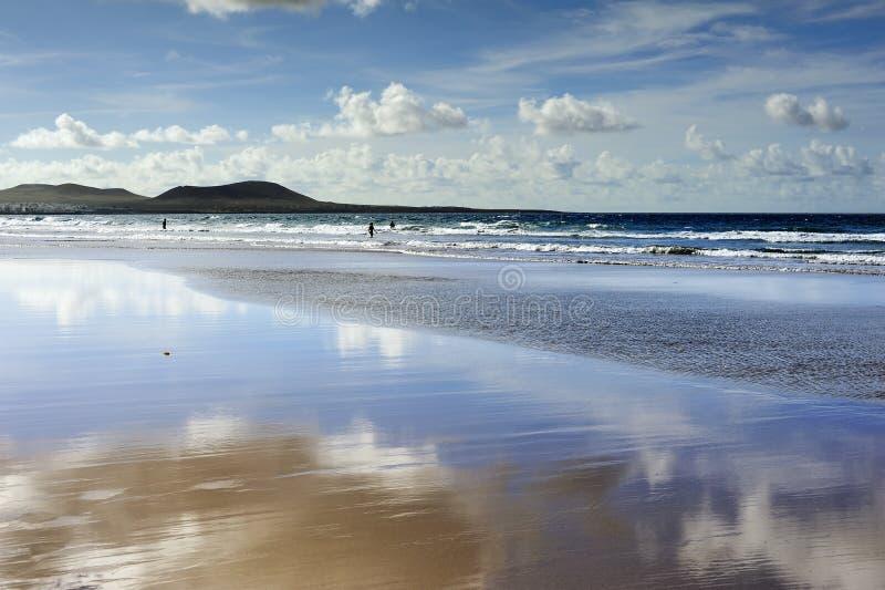 Reflexão na praia de Famara, Lanzarote, Ilhas Canárias, Spain fotos de stock royalty free