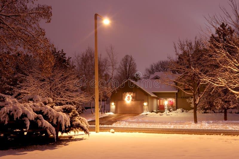 Noite nevado bonita do inverno no fundo do campo fotografia de stock royalty free