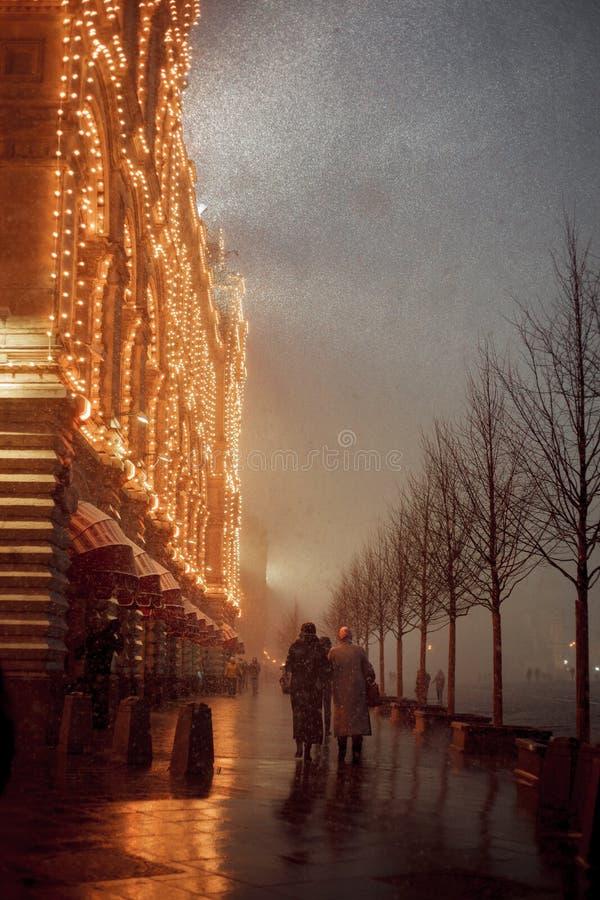 Noite nevado em Moscou Quadrado vermelho e GOMA imagem de stock royalty free