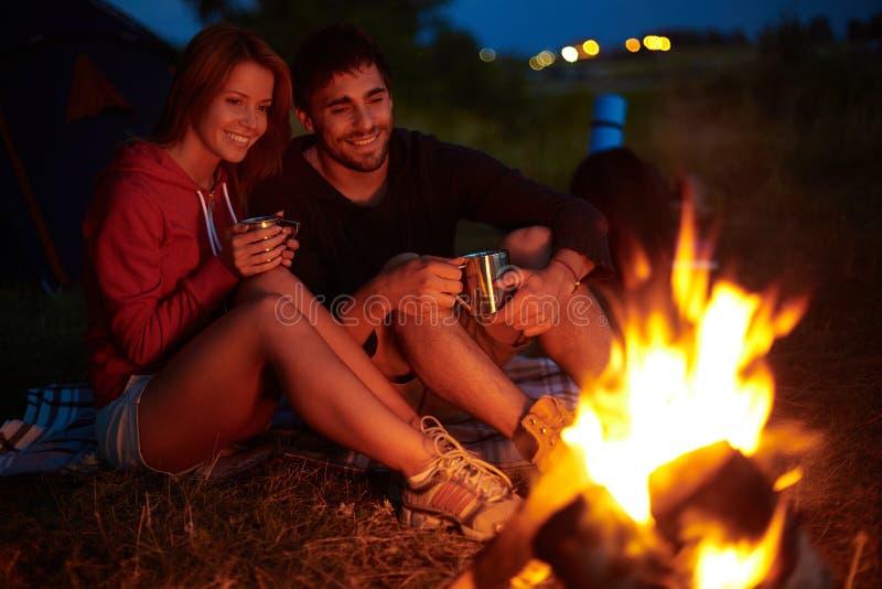 Noite no acampamento imagem de stock