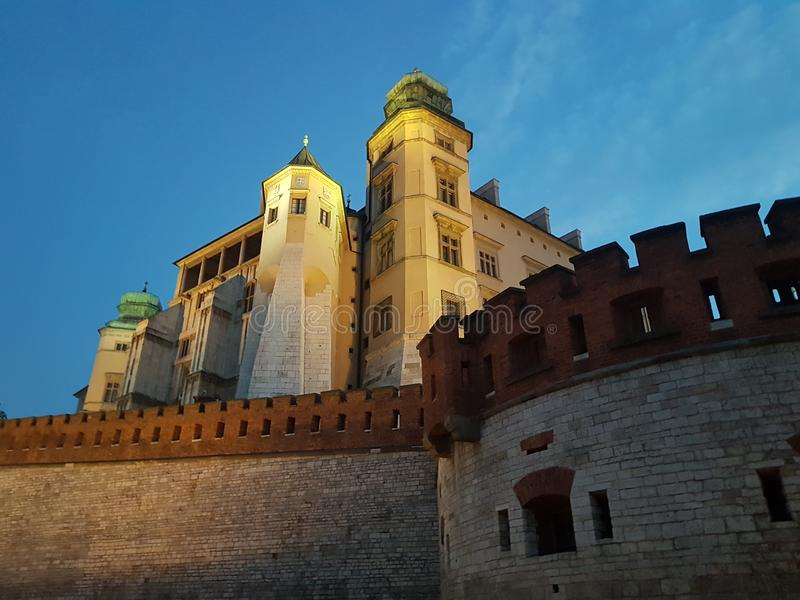 Noite no castelo de Wawel Paredes e torres do castelo Céu nocturno fotografia de stock royalty free