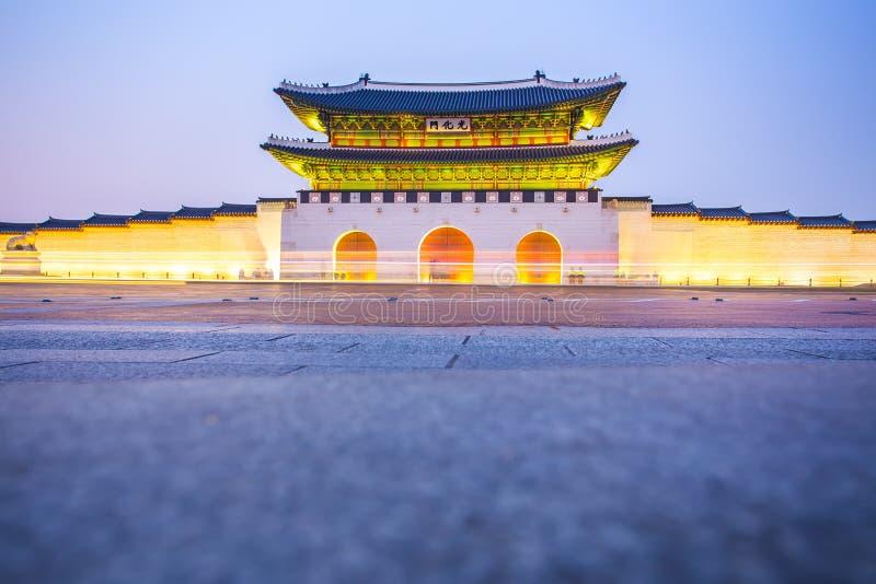 Noite no palácio de Gyeongbokgung em Seoul, Coreia do Sul foto de stock royalty free