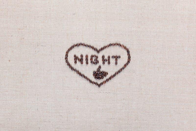 Noite no sinal do coração dos feijões de café isolados na textura do linea, alinhada no centro fotografia de stock royalty free