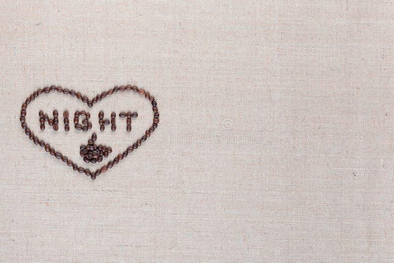 A noite no sinal do coração dos feijões de café isolados na textura do linea, alinhou a esquerda média fotos de stock royalty free