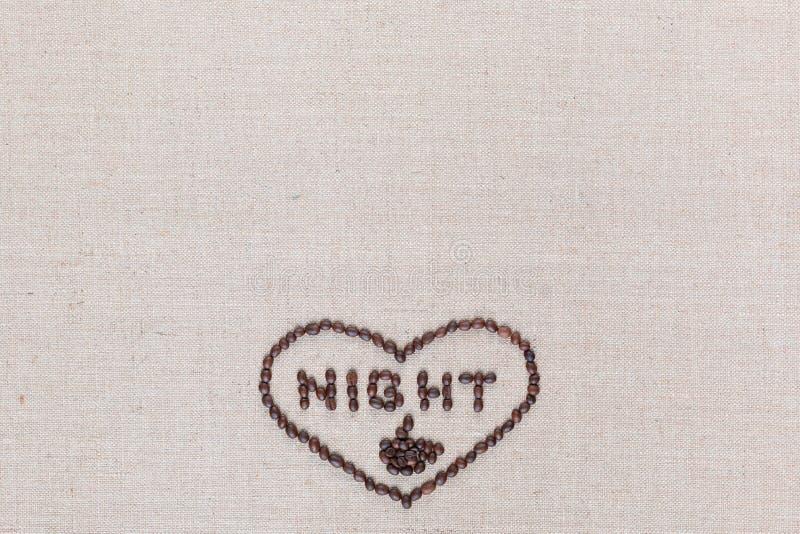 A noite no sinal do coração dos feijões de café isolados na textura do linea, alinhou o centro inferior imagem de stock