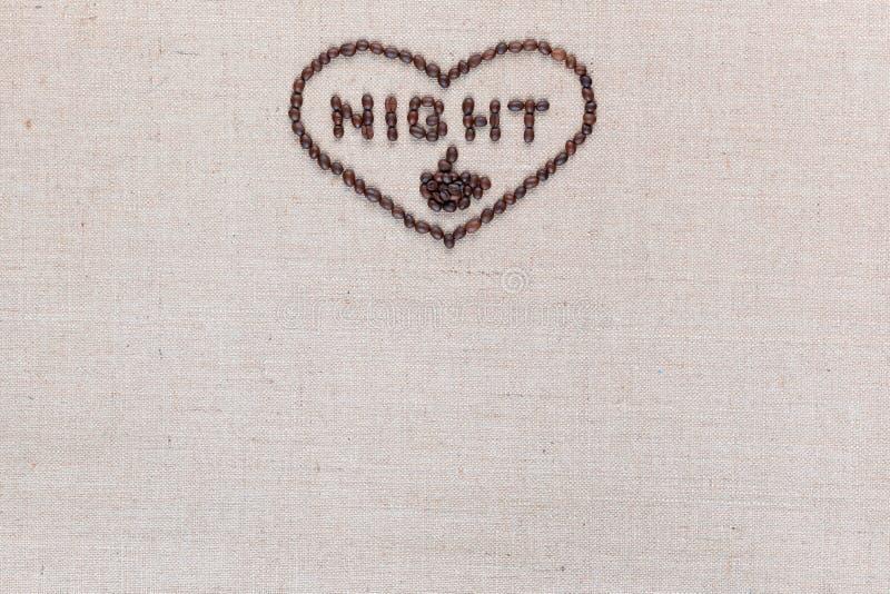 A noite no sinal do coração dos feijões de café isolados na textura do linea, alinhou o centro superior foto de stock