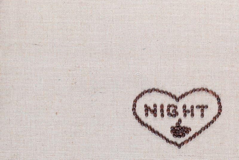 A noite no sinal do coração dos feijões de café isolados na textura do linea, alinhou o direito inferior foto de stock