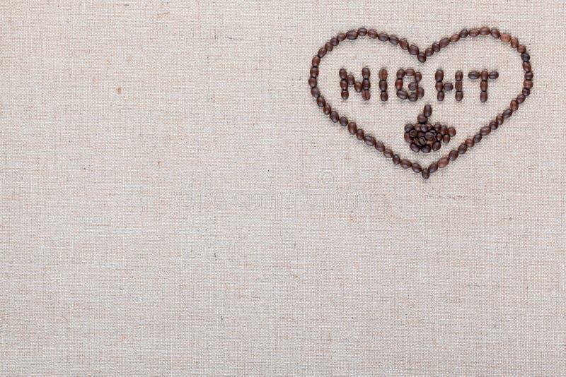 A noite no sinal do coração dos feijões de café isolados na textura do linea, alinhou o direito superior imagens de stock royalty free