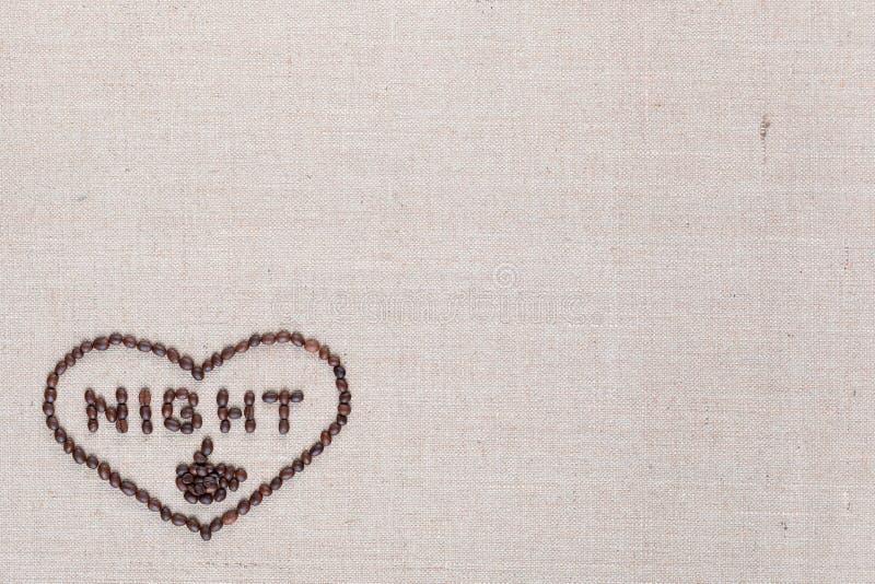 Noite no sinal do coração dos feijões de café isolados na textura do linea, inferior esquerdo alinhado fotos de stock royalty free