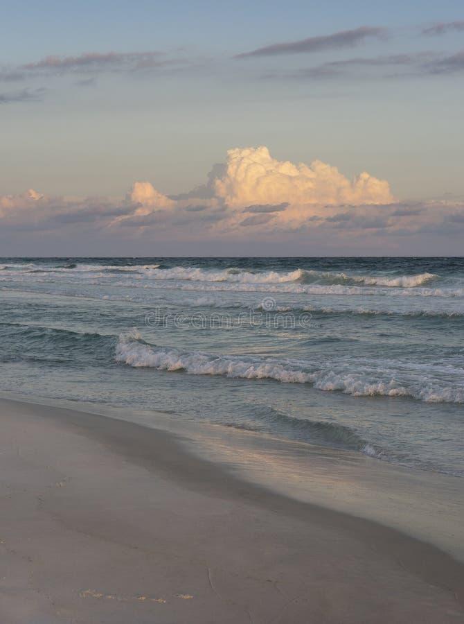 Noite ou Rosy Dawn do por do sol na praia bonita de Florida fotografia de stock royalty free