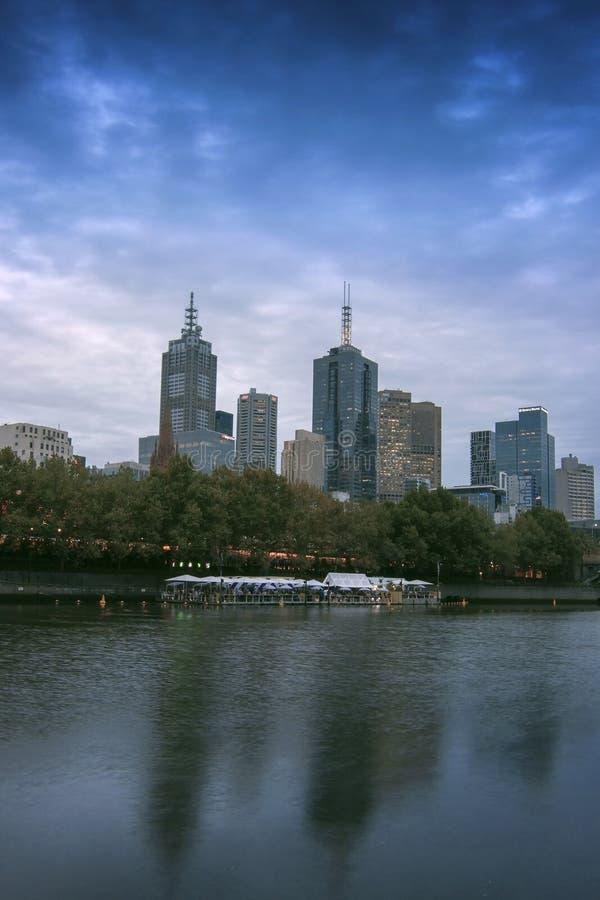 Noite pelo lado do rio Melbourne de Yarra imagens de stock