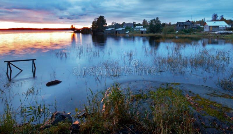 Noite pelo lago Ladoga perto de uma vila pequena, Karel foto de stock