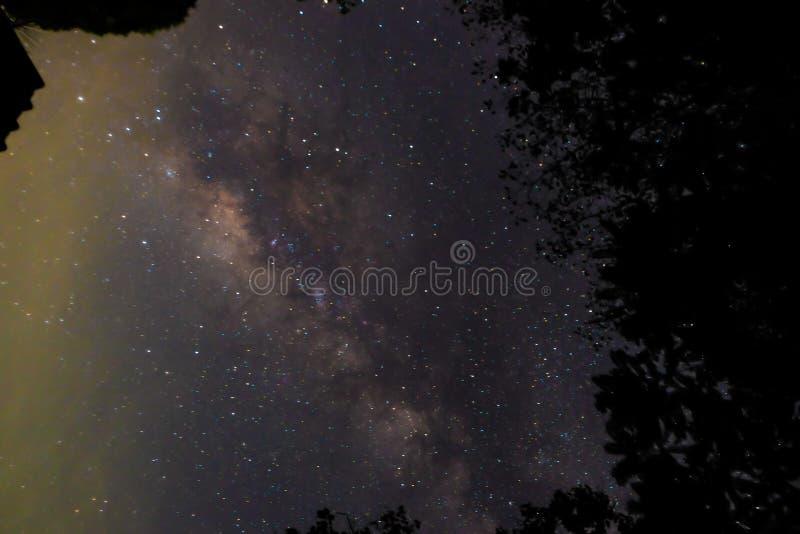 Noite profunda do céu escuro da galáxia da Via Látea imagens de stock royalty free