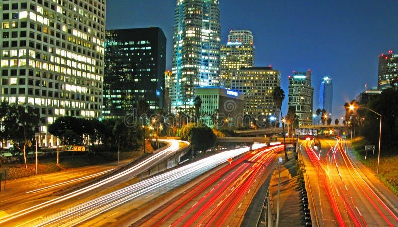 A noite prolongada do LA do centro disparou na autoestrada 110 imagem de stock
