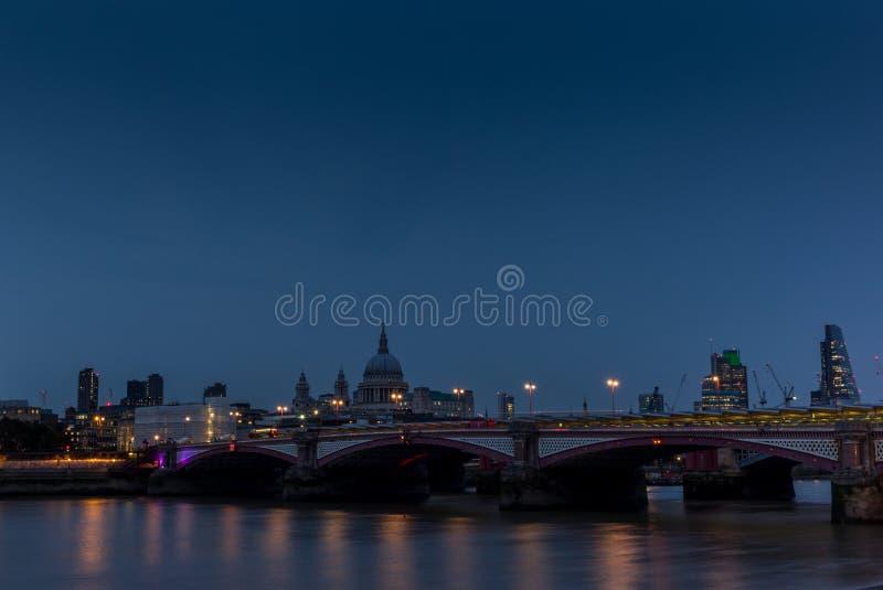 Noite que cai em St Paul & em x27; catedral de s e a ponte de Blackfriars imagens de stock royalty free