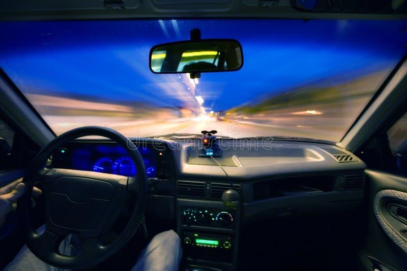 Noite que conduz o interior do carro imagem de stock royalty free