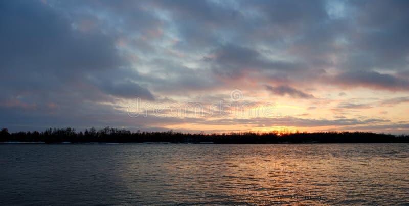 Noite regi?o no Rio Irtysh, Omsk, R?ssia imagem de stock