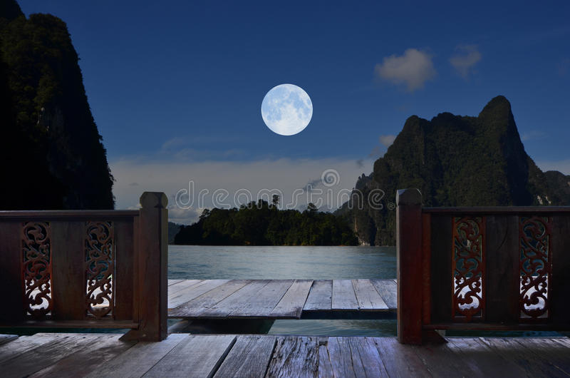 Noite romântica da Lua cheia na opinião do balcão fotos de stock royalty free