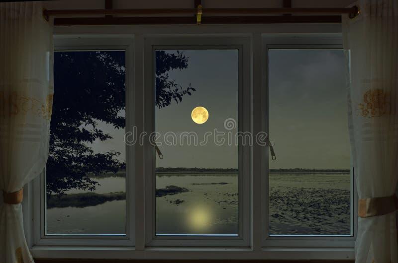 Noite romântica da Lua cheia na opinião da janela imagens de stock