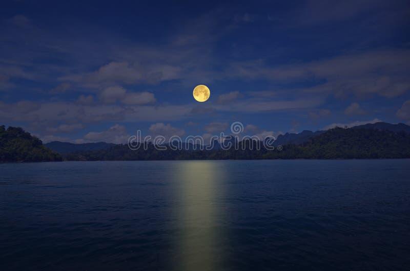 Noite romântica da Lua cheia sobre o lago da paz fotografia de stock royalty free