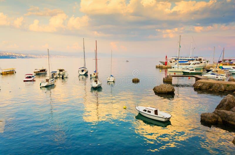 Noite romântica durante o por do sol em Opatija, Istria, Kvarner, Croácia imagens de stock