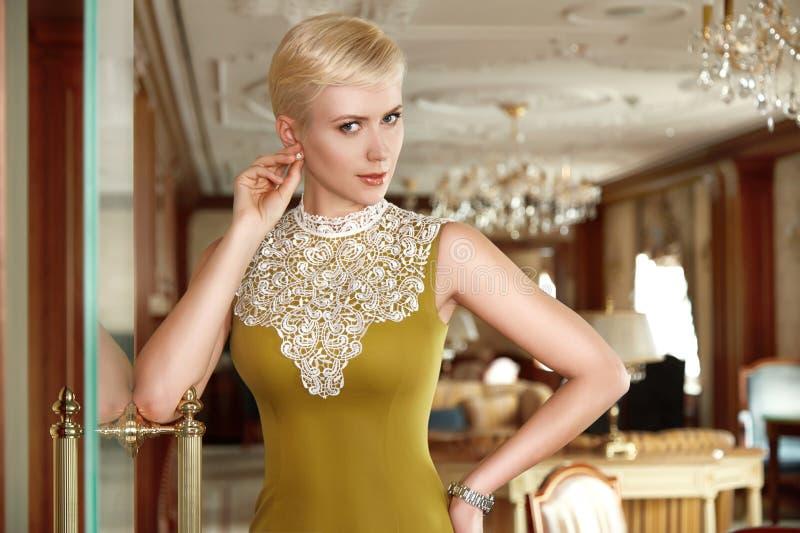 A noite 'sexy' bonita do cabelo louro da mulher compõe o negócio do vestido fotografia de stock