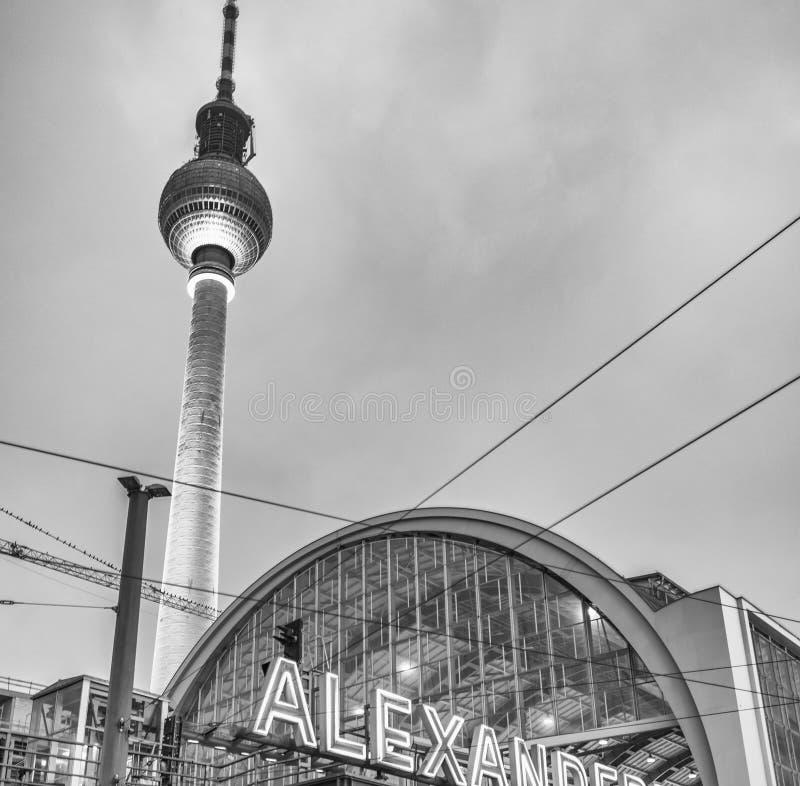 Noite sobre Alexander Platz em Berlim, Alemanha imagem de stock